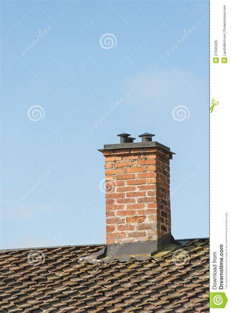 chemin 233 e de brique sur le toit de la vieille maison photo libre de droits image 27945505
