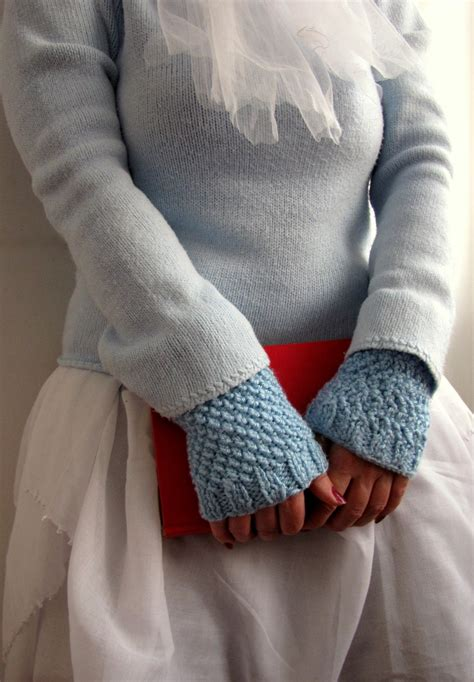 wrist warmers free knitting pattern treasures moss stitch blue knit wrist warmers
