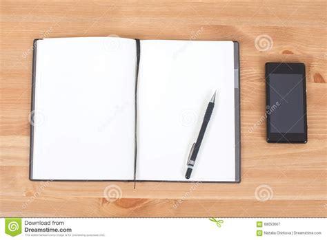 carnet ou bloc notes ouvert avec 224 l encre sur le bureau en bois photo stock image 68053667
