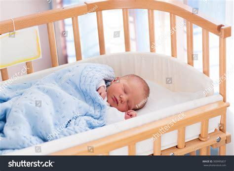baby sleeps on side in crib baby sleeps on side in crib putting baby to sleep of