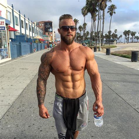 haz tu rutina al aire libre con los hombres fitness el124