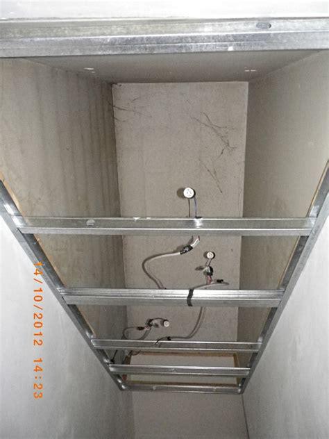 plafond suspendu dans des escaliers
