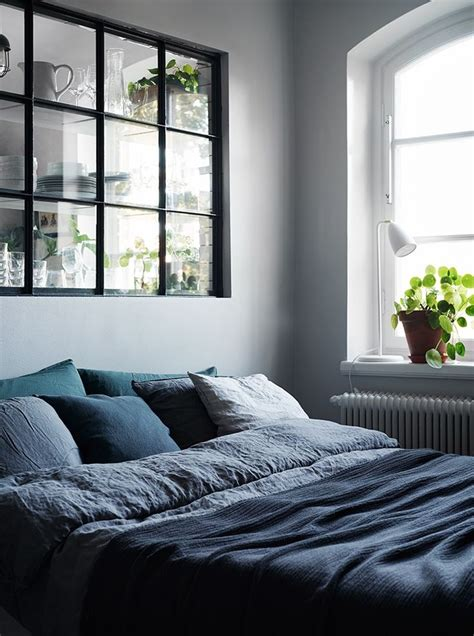 the bedroom window 25 best ideas about bed between windows on
