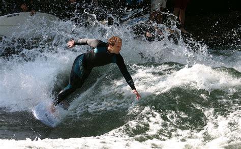 Eiskanal Englischer Garten München by River Surfing