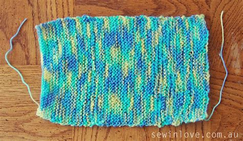 how to knit a garter stitch free baby hat knitting pattern with pom poms garter