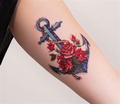 ancla con flores rosas por robson carvalho tatuajes para