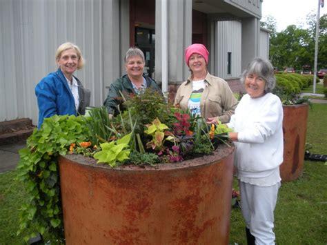 Garden Ridge Planters Crestwood Garden Club Spruces Up City Planters East