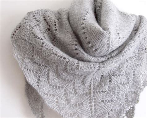 free triangle scarf knitting pattern you to see gray simplicity triangle shawl on craftsy
