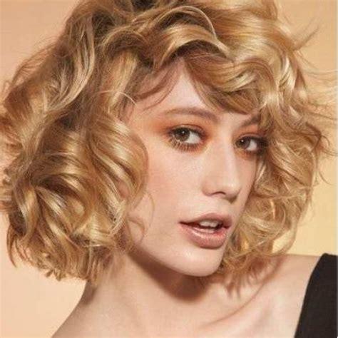 pelo rizado corto con flequillo cortes de pelo femeninos tendencias primavera verano 2017