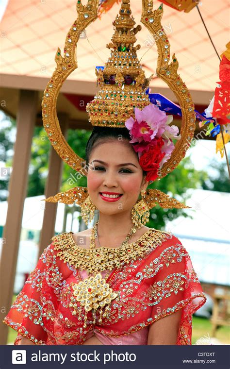 how to make a lightbox for photographing jewelry thai wearing traditional costume and gold jewelry
