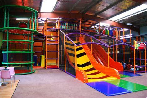 parc de jeux pour enfants aires et parcs de jeux couverts allofamille