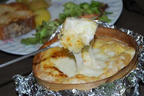 mont d or grill 233 224 l ail et au vin blanc et ses mouillettes recette franc comtoise ideoz voyages