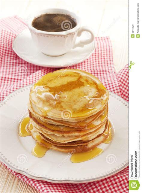 plat de dessert avec les cr 234 pes et la tasse de caf 233 photo stock image 55460911