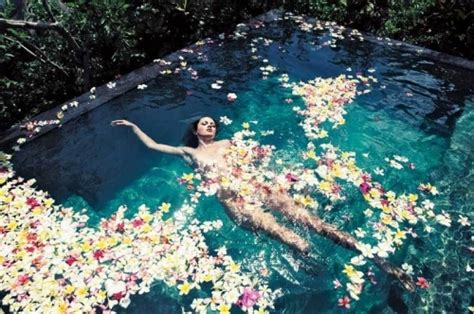 floating water bath by the water float floating flower image