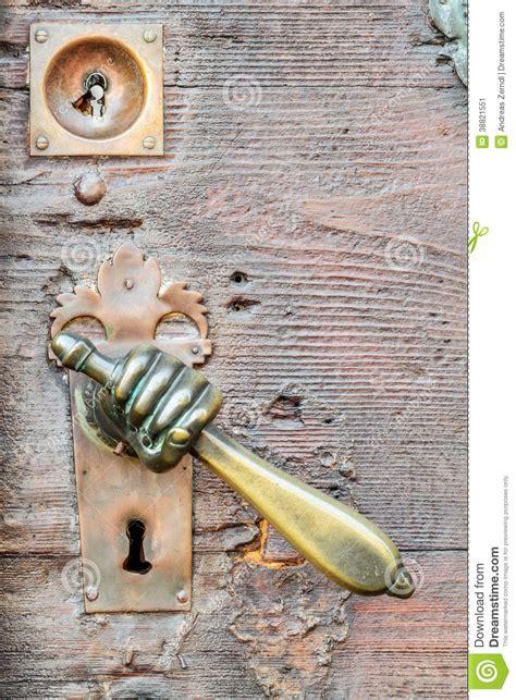 poign 233 e de porte de vintage form 233 e par sur la porte antique photo stock image 38821551