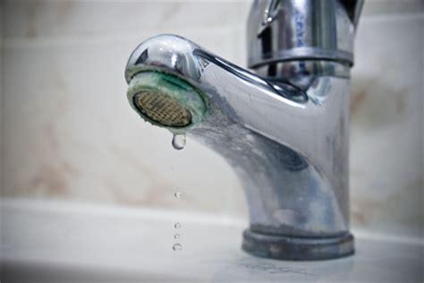 comment enlever le calcaire dans la salle de bain eau calcaire