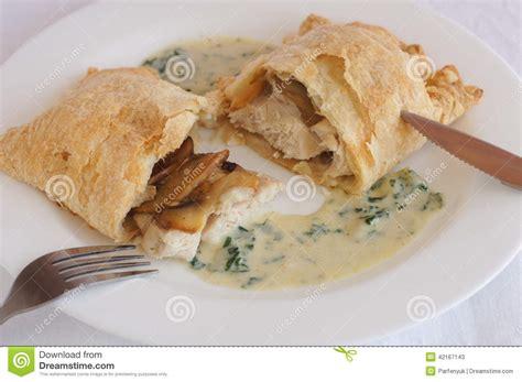 poulet avec des chignons en p 226 te feuillet 233 e avec de la sauce cr 232 me photo stock image 42167143