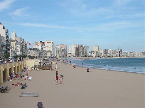 file plage et immeubles aux sables d olonne jpg wikimedia commons