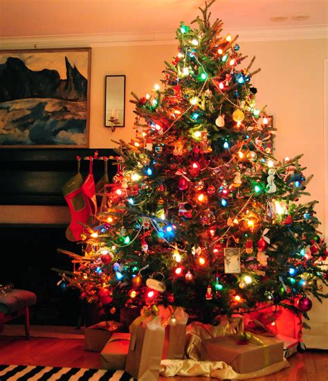 tree with big lights apartment tree tree decorating ideas