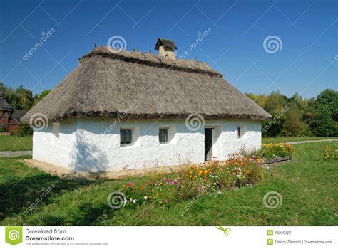 l ukraine kiev maison blanche d argile avec une chaume photographie stock libre de droits
