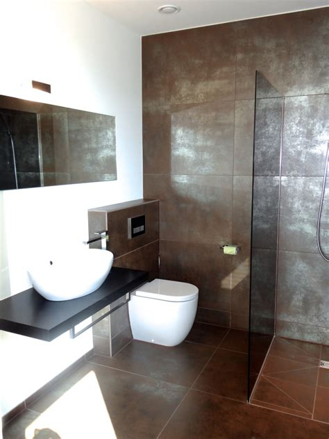 Modernes Bad Mit Braunsilbernen Fliesen Und Ebenerdiger