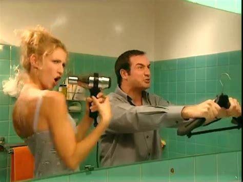un gars une fille dans la salle de bain