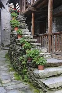 Treppenaufgang Außen Gestalten : treppenaufgang blumen haus au en rima piemont italien ~ Markanthonyermac.com Haus und Dekorationen