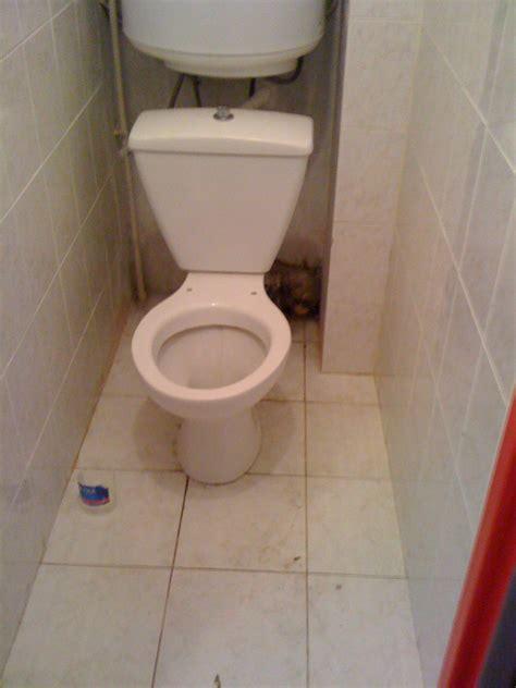 comment cacher tuyaux toilettes