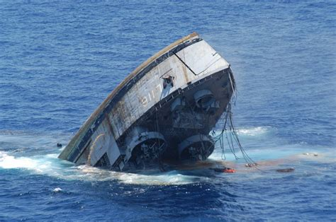 Pictures Of Sinking Boats by Sinking Ship Ships Amp Shipwrecks Pinterest Ships