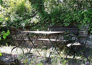 Sitzecke Garten Gestalten : gartenm bel aus metall in romantischer sitzecke im garten sitzecken anlegen gartengestaltung ~ Markanthonyermac.com Haus und Dekorationen