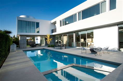 white stucco modern house in venice california by dennis