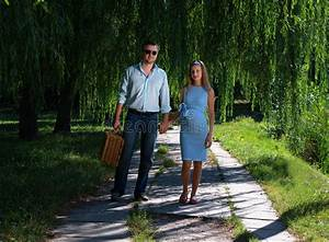 Hand In Hand Gehen : liebevolle paare die hand in hand gehen stockbilder bild 15833934 ~ Markanthonyermac.com Haus und Dekorationen