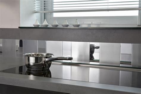 revetement mural cuisine credence dans une cuisine grise un carrelage mural en association avec