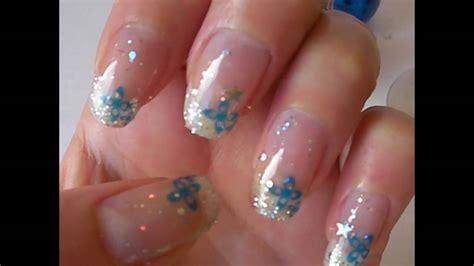 m75 001 d 233 co fleur bleue et pailettes sur ongle naturel