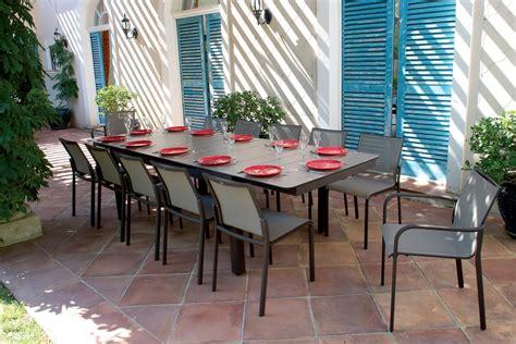 table de jardin pliante en bois avec chaises