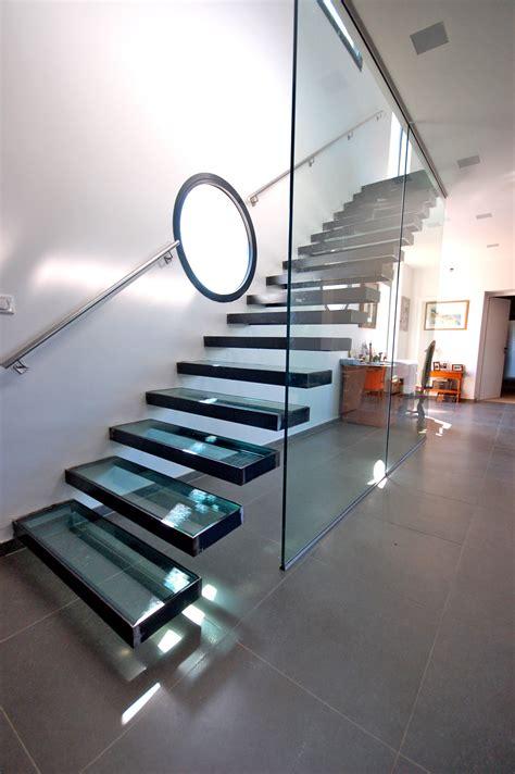 escalier suspendu avec marches en verre sur mesure 224 kozac
