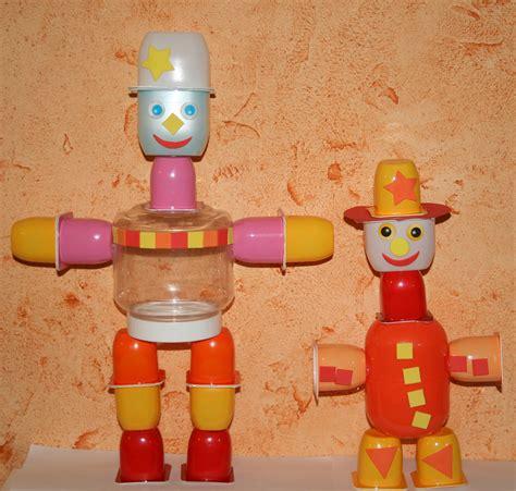 robots fabriqu 233 s avec des pots de petits suisses et yaourts les lutins cr 233 atifs bricolage