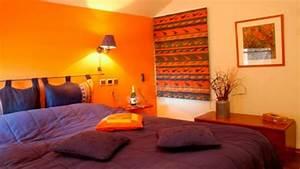 Wandgestaltung Schlafzimmer Lila : schlafzimmer in orange originell warm einrichtung wandgestaltung wandlampe zusammen mit grau ~ Markanthonyermac.com Haus und Dekorationen