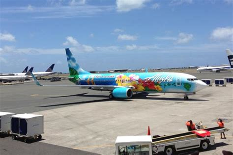 alaska airlines seattle office alaska airlines ceo greets aircraft with hawaii student s