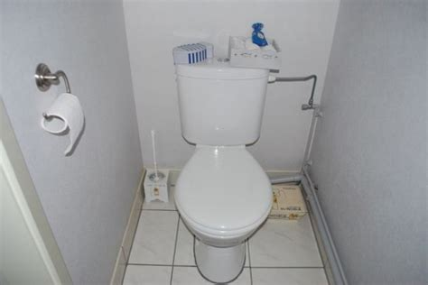 les toilettes photo 7 7 la poubelle a 233 t 233 d 233 tourn 233 e