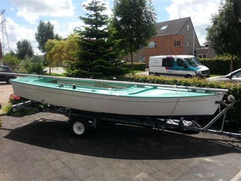 Trailer En Buitenboordmotor mooie volksboot 480 met trailer en buitenboordmotor