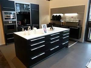 Schwarze Arbeitsplatte Küche : ausstellungsk che in schwarz mit wei er arbeittsplatte und backofen ~ Markanthonyermac.com Haus und Dekorationen