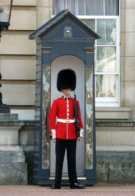 shocking le garde qui fait le pitre sous les fen 234 tres de la reine le du bureau