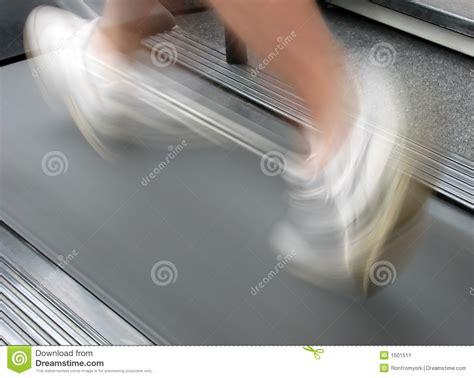 courir sur le tapis roulant d exercice image stock image 1501511