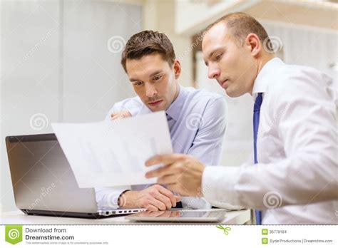 deux hommes d affaires ayant la discussion dans le bureau images stock image 35778184