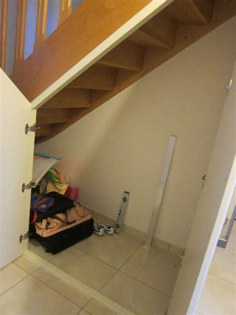 installation de portes battantes sous l escalier am 233 nagement rangements sous escalier