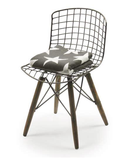 chaise design fil de fer et pieds en bois wadiga