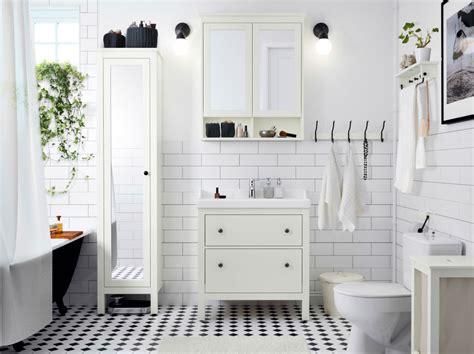 salle de bains avec carrelage meuble lavabo et armoire 224 portes miroir blancs un lavabo blanc