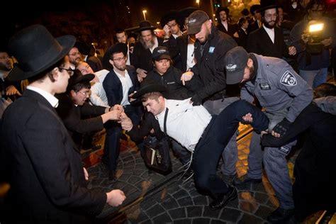 des manifestants ultra orthodoxes tentent d incendier le bureau de recrutement militaire de l
