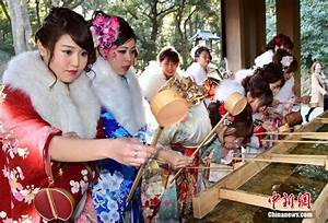 Japanese tour guides greet Coming of Age Day in Tokyo[1 ...